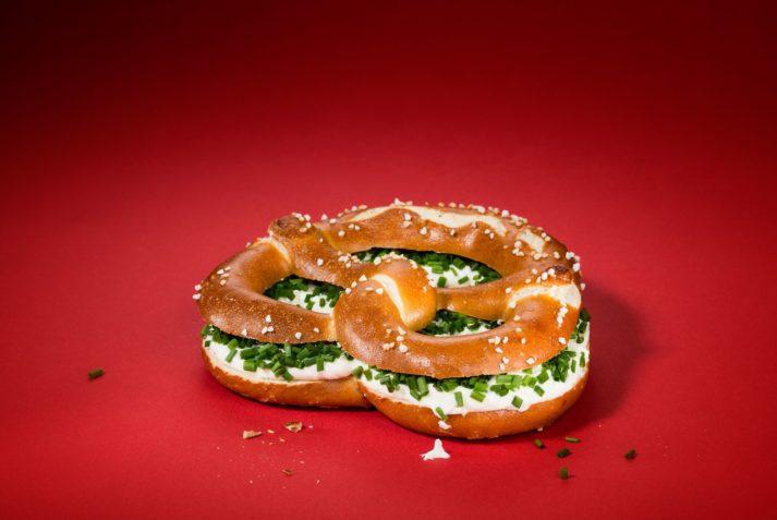 Die Brezeln mit Frischkäse ist ideal für zwischendurch.